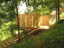 Quatre terrasses posées sur un jardin en pente ...