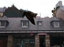 Un dragon cuivré (Game of) trône sur un toit ...