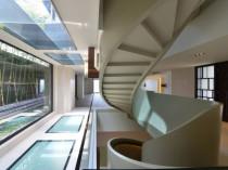 Une villa épurée révèle un escalier ruban ...