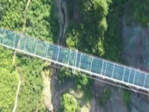 A 180 m de haut, sur un pont en verre…
