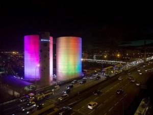 Des silos cimentiers colorés par une aurore ...