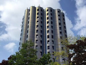 La tour Bleue de Cergy adopte une teinte irisée