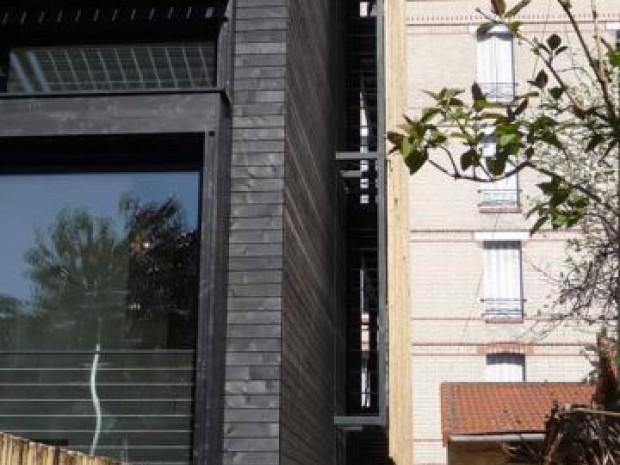 maison en bois noire avec bambou