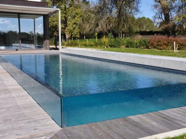 Une piscine qui joue la transparence totale diaporama for Prix piscine maconnee