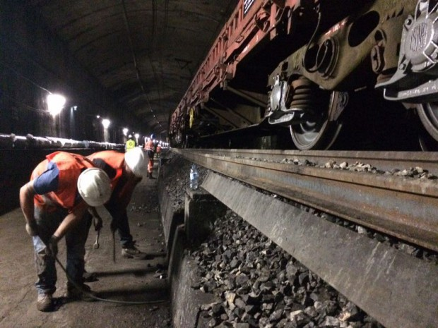 Sur le RER A, des rails de 108 mètres sont soudés à l'aide d'un camion hybride