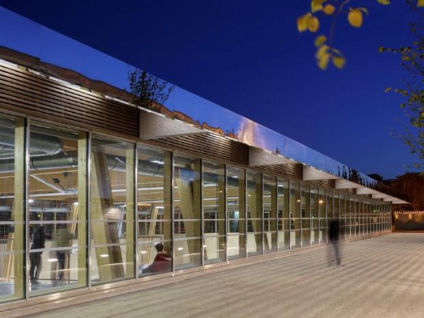 Bois et toiture v g talis e pour un complexe sportif parisien for Reglementation fenetre de toit
