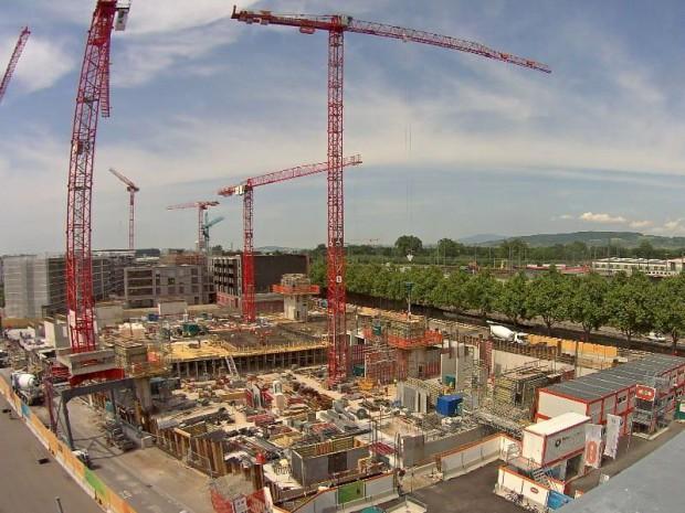"""La construction en cours de la parcelle A de l'écoquartier """"Erlenmatt West"""" à Bâle par Losinger Marazzi, filiale suisse de Bouygues Construction. Visite du chantier de gros-œuvre."""
