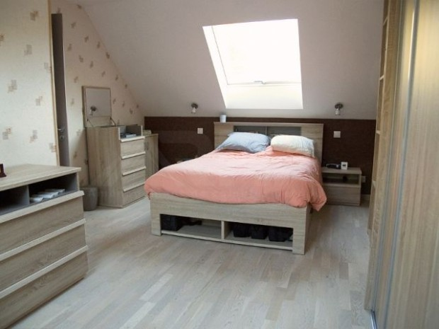 La chambre est spacieuse et lumineuse