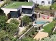 Une villa avec piscine sur une colline face à la ...
