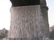Le pont de Brooklyn s'offre des chutes d'eaux