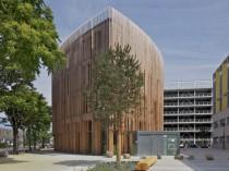 Un bâtiment en bois en forme de goutte d'eau pour ...