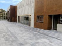 Des rues pavées de dalles de béton dépolluant