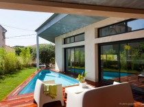 Une villa moderne de 170 m2 s'immisce entre les ...