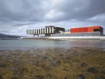 Une aire industrielle colorée et discrète, en ...
