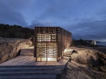 En Norvège, un abri en bois polymère se dresse ...