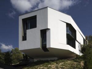 House F : une villa posée sur la colline ...