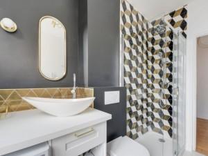 Une salle de bains en plus et un esprit Art Déco ...
