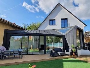 Une extension en zinc pour moderniser un pavillon ...