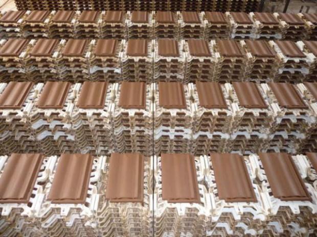 Dans les coulisses de la fabrication de la tuile terre cuite diaporama for Prix des tuiles ciment