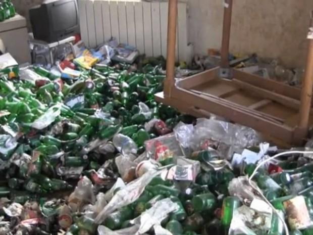 Appartement envahi par les canettes de bière