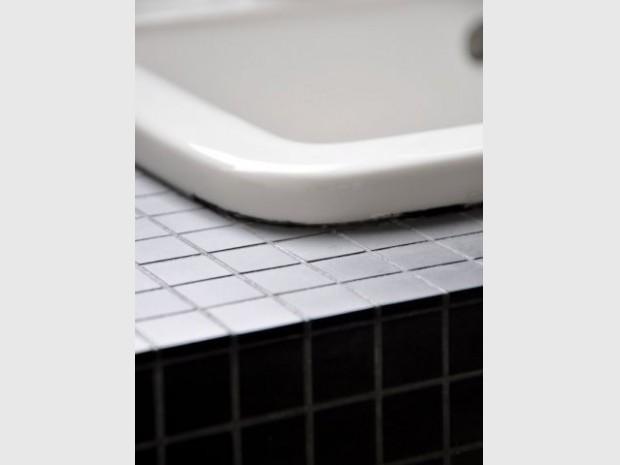 Une salle de bain graphique et rétro