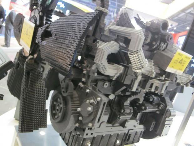 Un bloc moteur entièrement en (simili) Lego réalisé avec 125.000 pièces et 320 heures de travail
