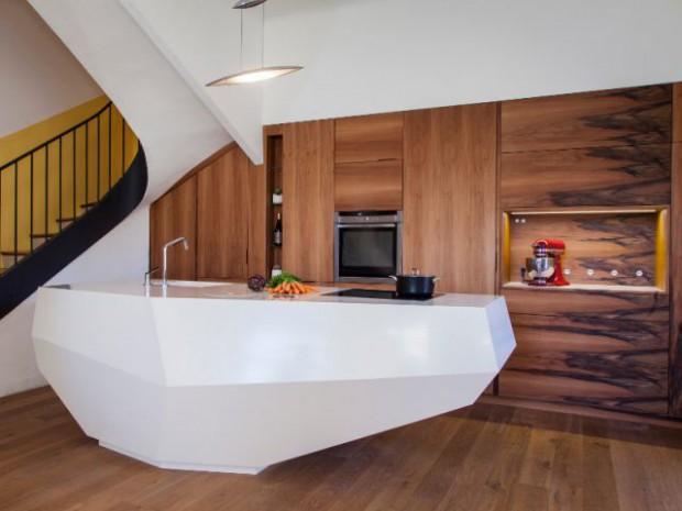 Une cuisine en noyer français et LG HiMacs