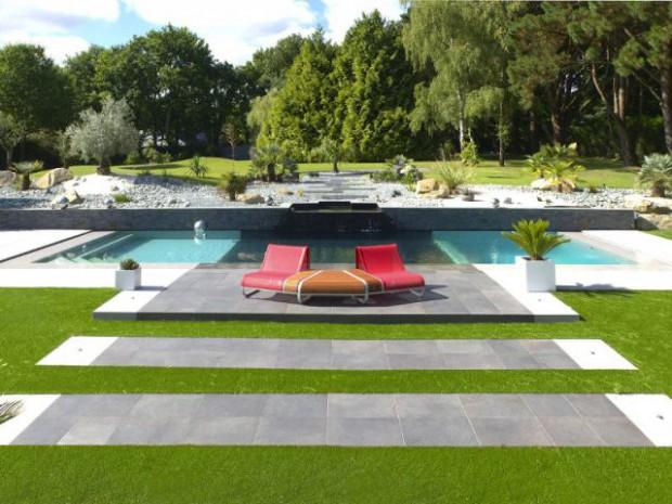 Une terrasse contemporaine mène à la piscine