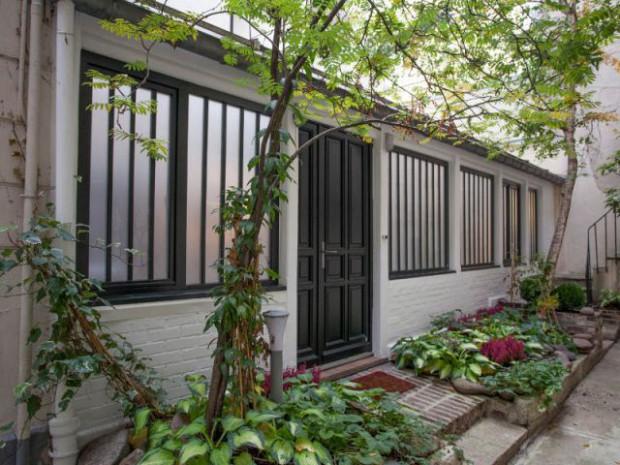 Une façade propre et un jardin coloré