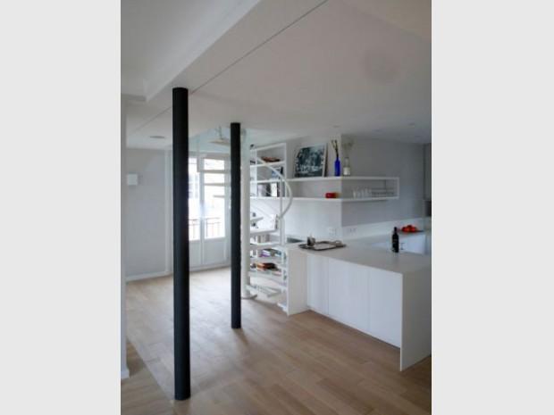 Un escalier hélicoïdal blanc pour remplacer un escalier massif en bois