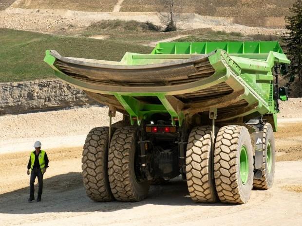Cet énorme dumper vert roule grâce à des ...