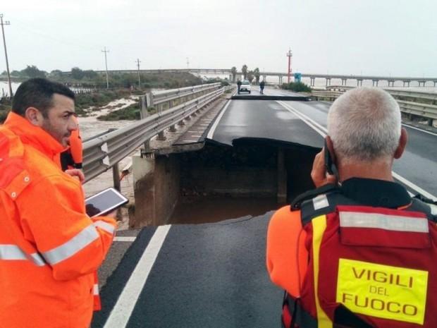 Portion d'un pont autoroutier effondrée en Italie