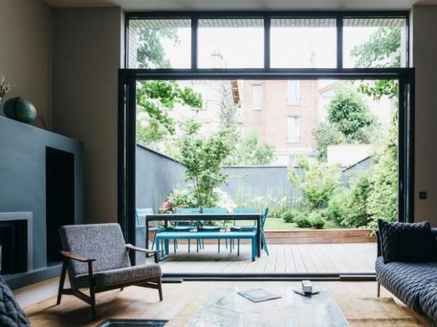 Un salon largement ouvert sur le jardin et la terrasse
