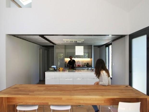 Une vaste cuisine ouverte sur la salle à manger