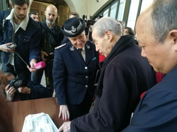 Robert Badinter au sein de la prison de la Santé, à Paris.