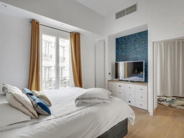 Une chambre ouverte en bleu et blanc