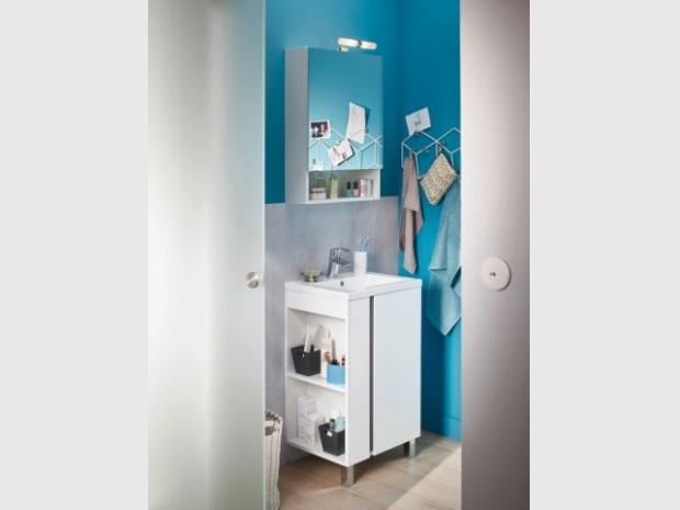 Un miroir de salle de bains avec rangement