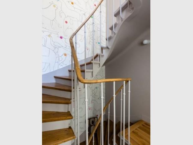 Un escalier ancien rénové avec soin