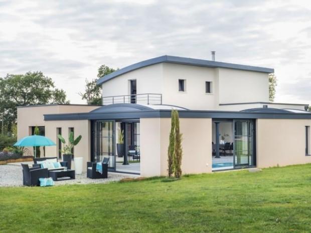 Une maison construite autour de la piscine