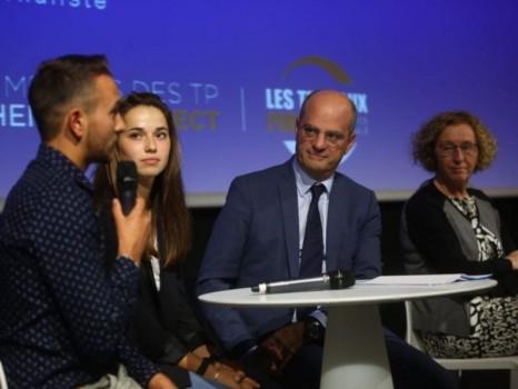 Jean-Michel Blanquer et de jeunes apprentis